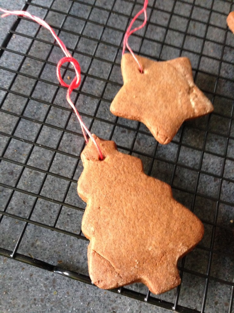 How to make gingerbread tree decorations n4mummy for Decoration hole